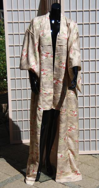 Japansk kimono , lang model der kan slås over. uden bælte.